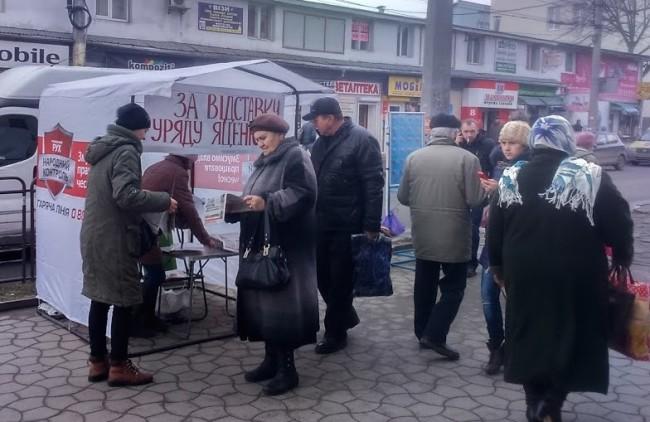 """По всій Україні громадяни масово ставлять підписи """"за"""" відставку Уряду Яценюка"""